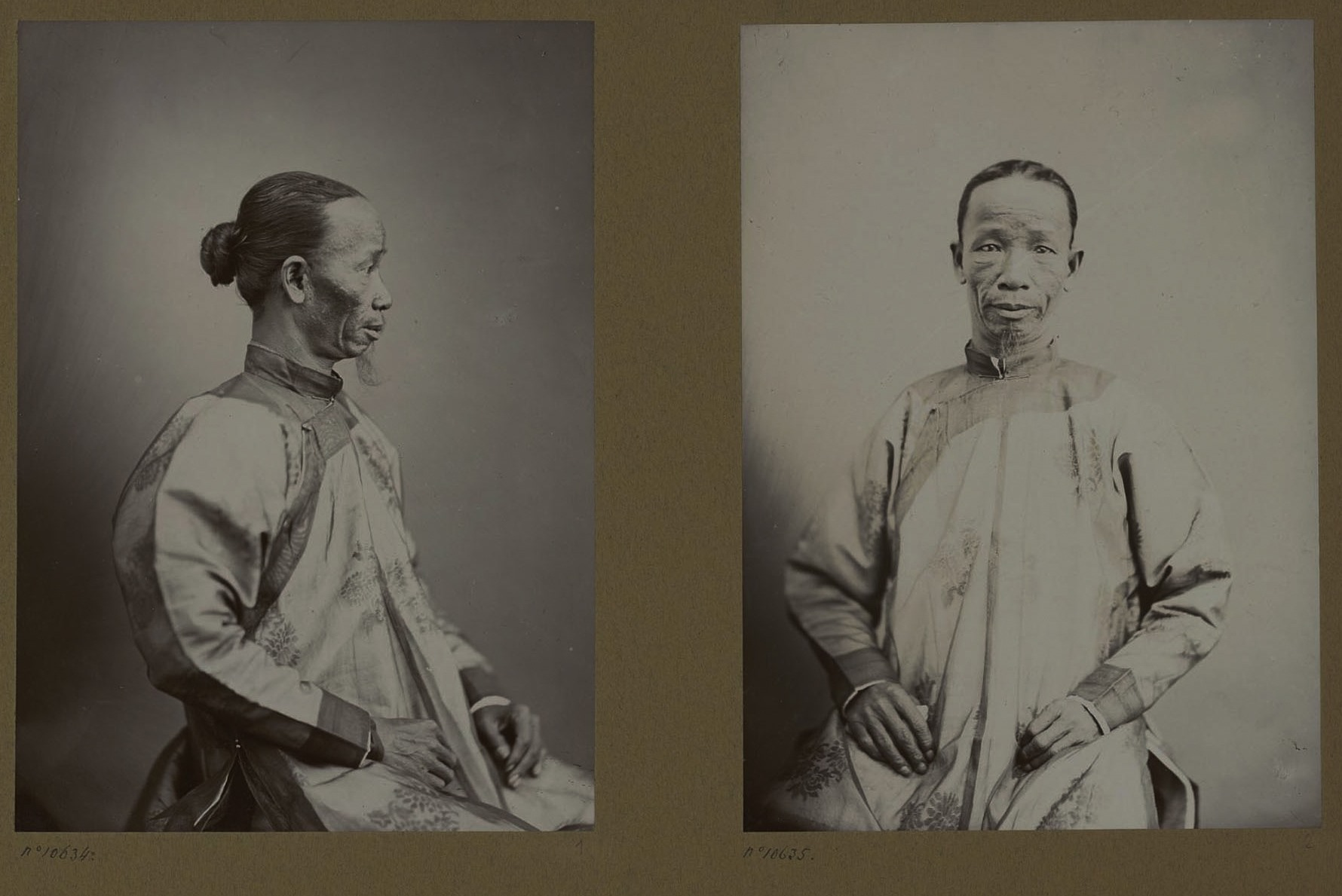 Quan võ tòng ngũ phẩm Trương Văn Thế, thành viên Sứ đoàn, quê Quảng Nam được chụp 2 bức chân dung nghiêng và thẳng trong trang phục áo dài ngũ thân.