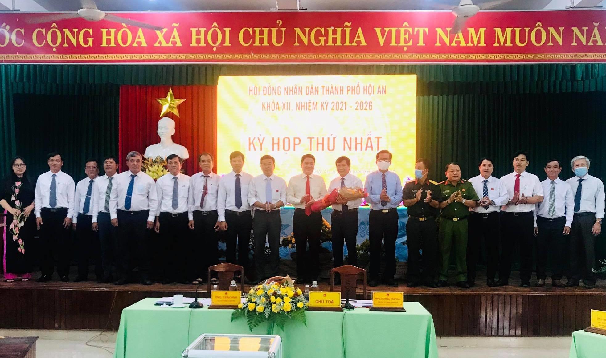 Phó Chủ tịch UBND tỉnh Trần Văn Tân tặng hoa chúc mừng tập thể lãnh đạo UBND TP.Hội An nhiệm kỳ 2021 - 2026. Ảnh: Q.T