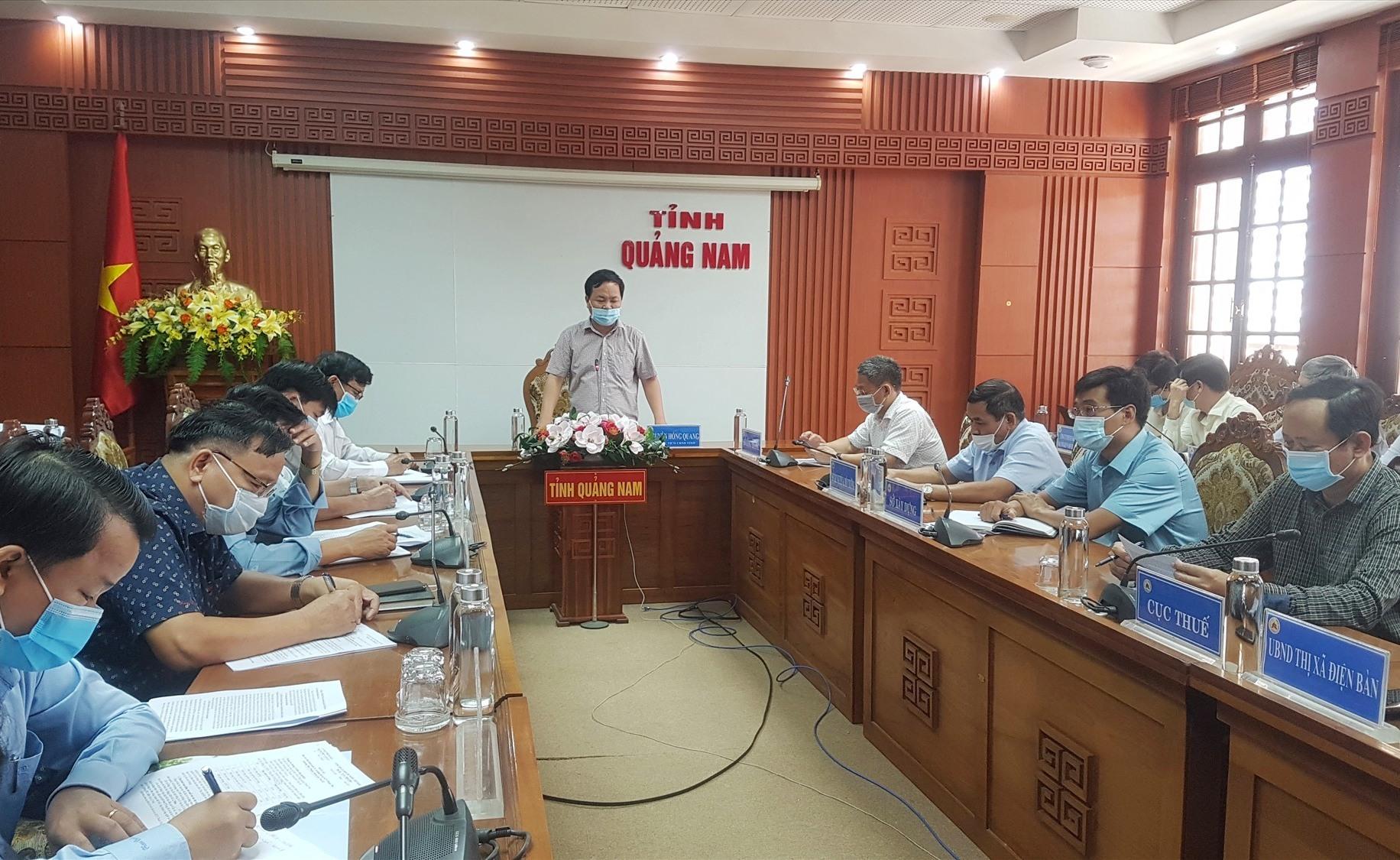Phó Chủ tịch UBND tỉnh Nguyễn Hồng Quang chủ trì buổi làm việc sáng nay. Ảnh: D.L