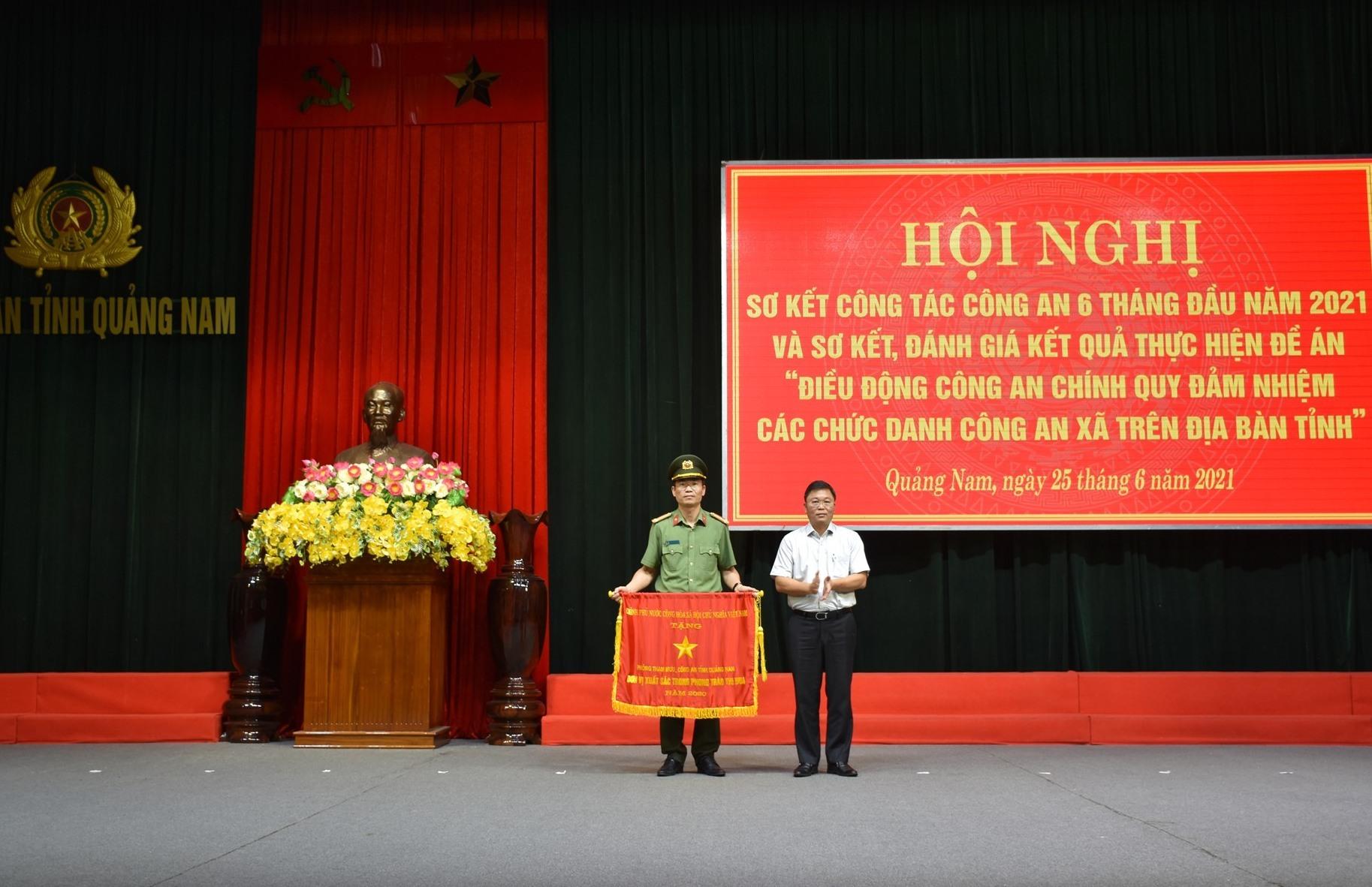 Thừa ủy quyền của Thủ tướng Chính phủ, đồng chí Lê Trí Thanh trao Cờ thi đua của Chính phủ cho Phòng Tham mưu Công an tỉnh.