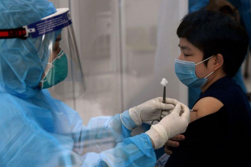 Vắc xin vẫn là chìa khóa chống lại đại dịch Covid-19. Ảnh: AFP