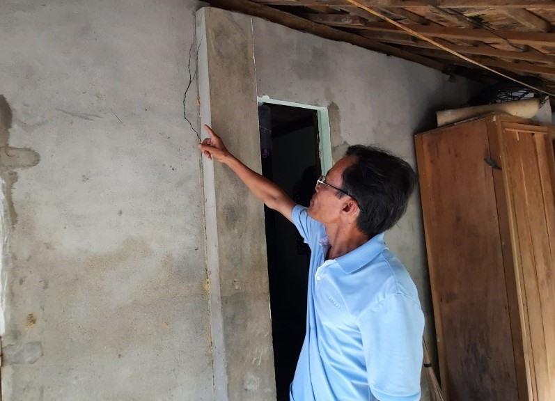 Mảnh vườn bị sụt lún khiến căn nhà của ông Lộc xuất hiện nhiều vết nứt. Ảnh PHƯƠNG LOAN