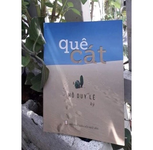 """Nhà văn Hồ Duy Lệ tặng cuộc thi 30 quyển sách """"Quê cát"""". Ảnh: T.T"""