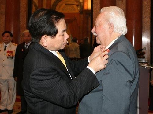 Chủ tịch nước Nguyễn Minh Triết gắn Huân chương Hữu nghị cho ông Kostas Sarantidis năm 2011. (Ảnh: TTXVN)