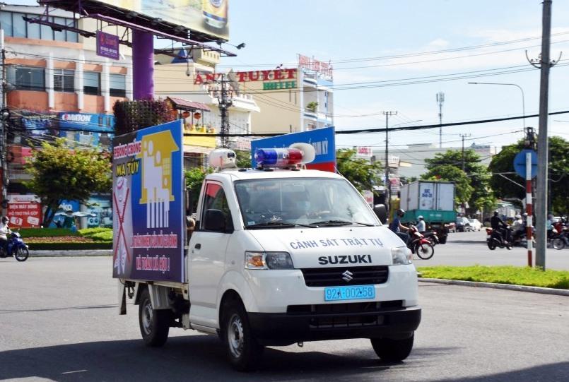 Lực lượng CATP Tam Kỳ tuyên truyền lưu động trên các tuyến đường trên địa bàn Thành phố.