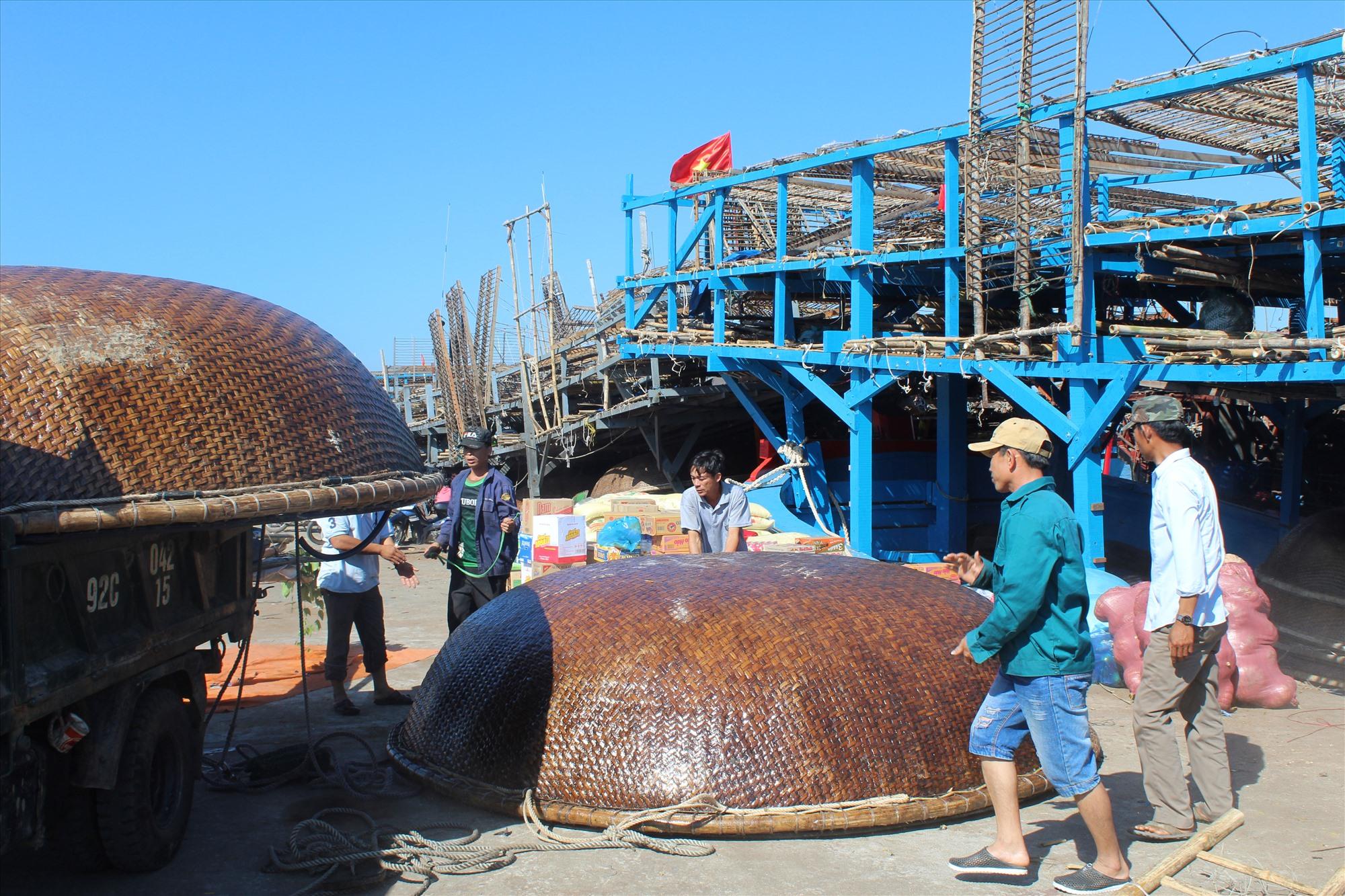Tàu câu mực khơi của ngư dân Núi Thành chuẩn bị xuất bến cảng An Hòa. Ảnh: V.PHIN