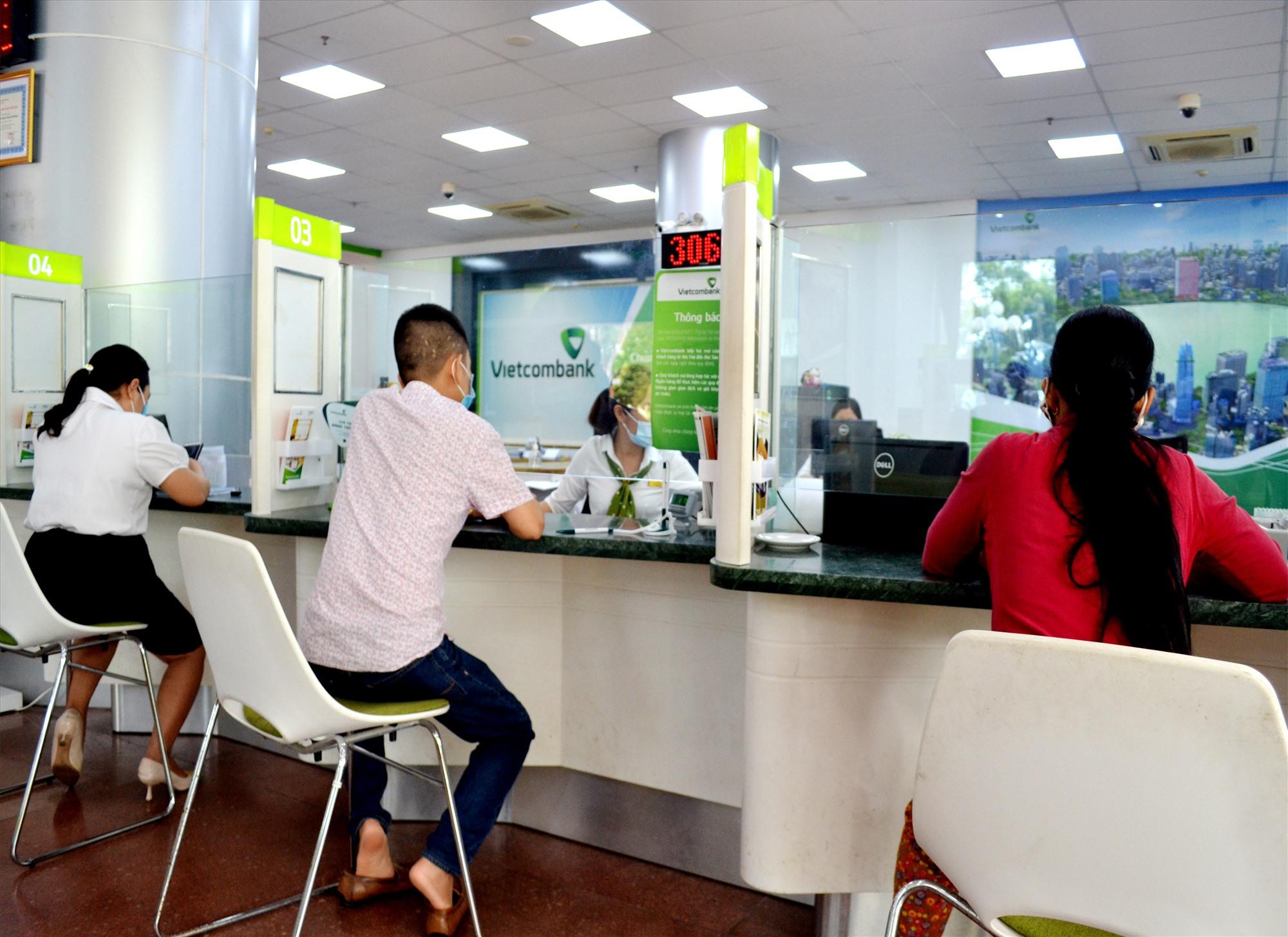 Khách hàng giao dịch ngân hàng tại Vietcombank chi nhánh Quảng Nam. Ảnh: VIỆT NGUYỄN