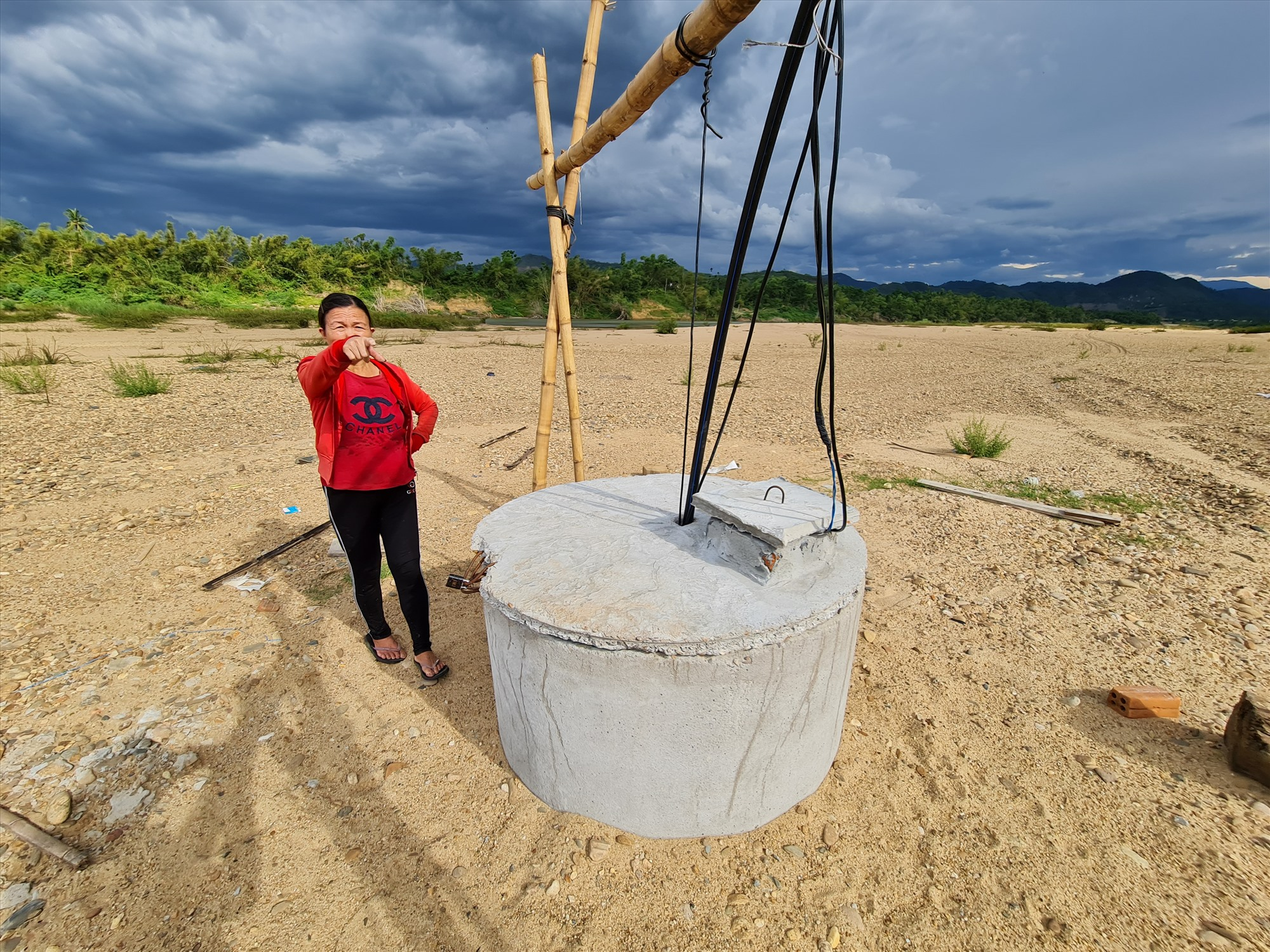 Công trình giếng đóng nằm sát sông được nhóm hộ tại thôn Dùi Chiêng chung tay, góp sức để đưa nước về làng. Ảnh: HOÀNG LIÊN
