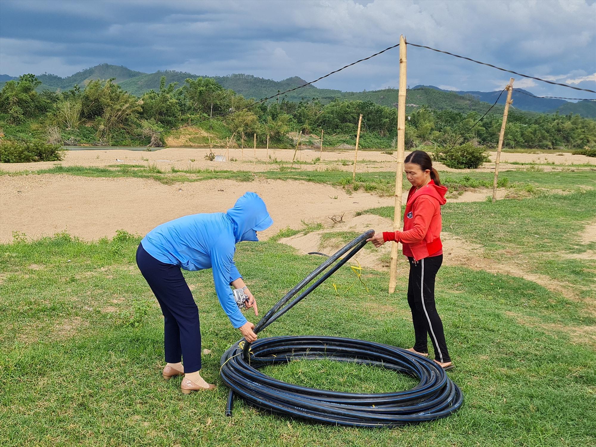Để đưa nước về nhà, người dân phải bắt đường ống dài cả cây số. Ảnh: HOÀNG LIÊN