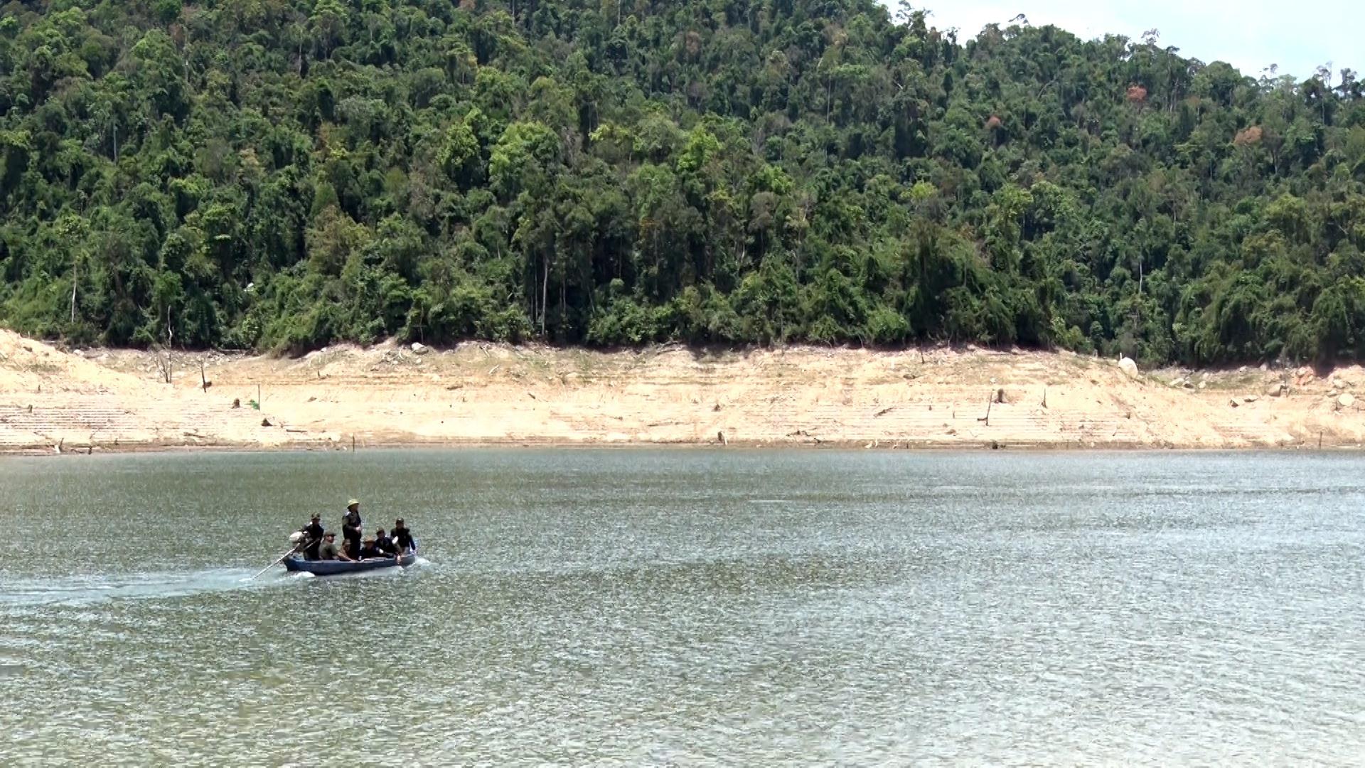 Hình Đội tuần tra Ban quản lý rừng phòng hộ huyện Bắc Trà My đi kiểm tra khu vực ươi đang chín rộ tại khu vực lòng hồ giáp ranh thôn 6 xã Trà Bui, huyện Bắc Trà My.