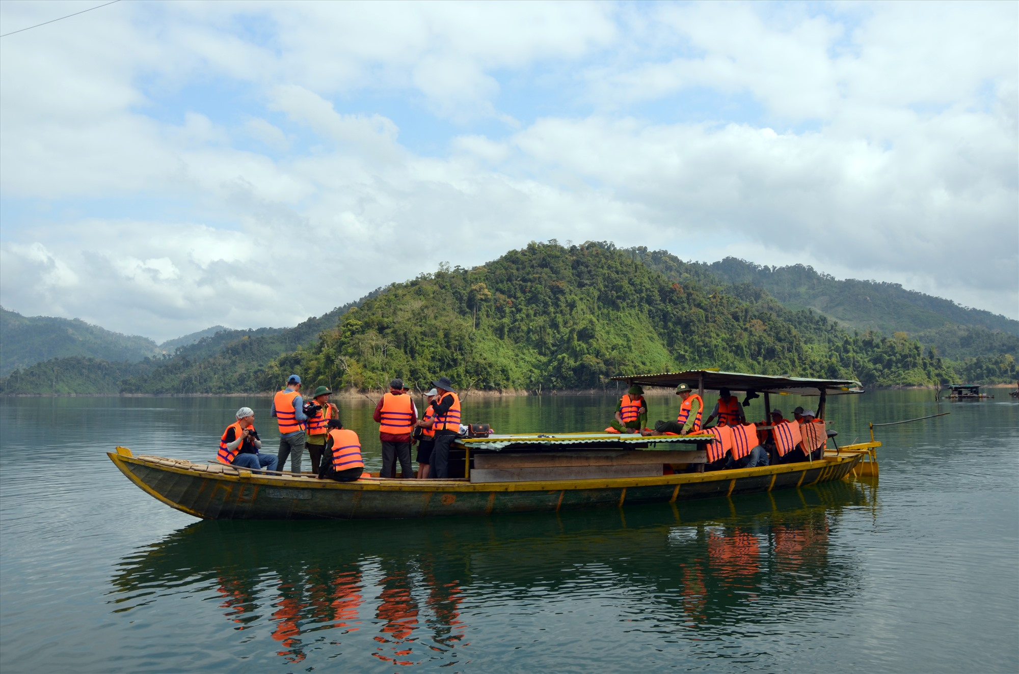 Tuần tra, kiểm tra rừng trong Vườn quốc gia Sông Thanh. Ảnh: H.P