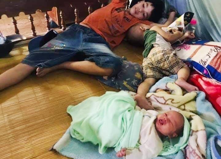 Ba đứa con chị Hương rơi vào cảnh mồ côi cha mẹ.
