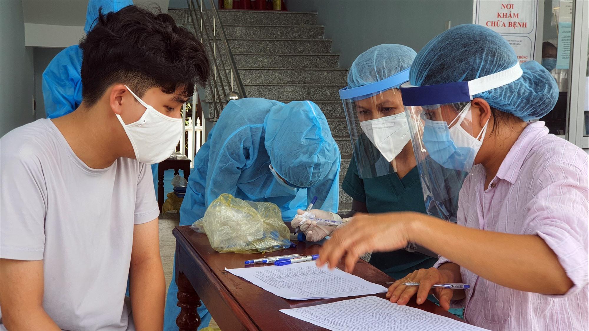 Người dân đang cách ly tại nhà được đưa đến lấy mẫu tại trạm y tế phường. Ảnh: X.H