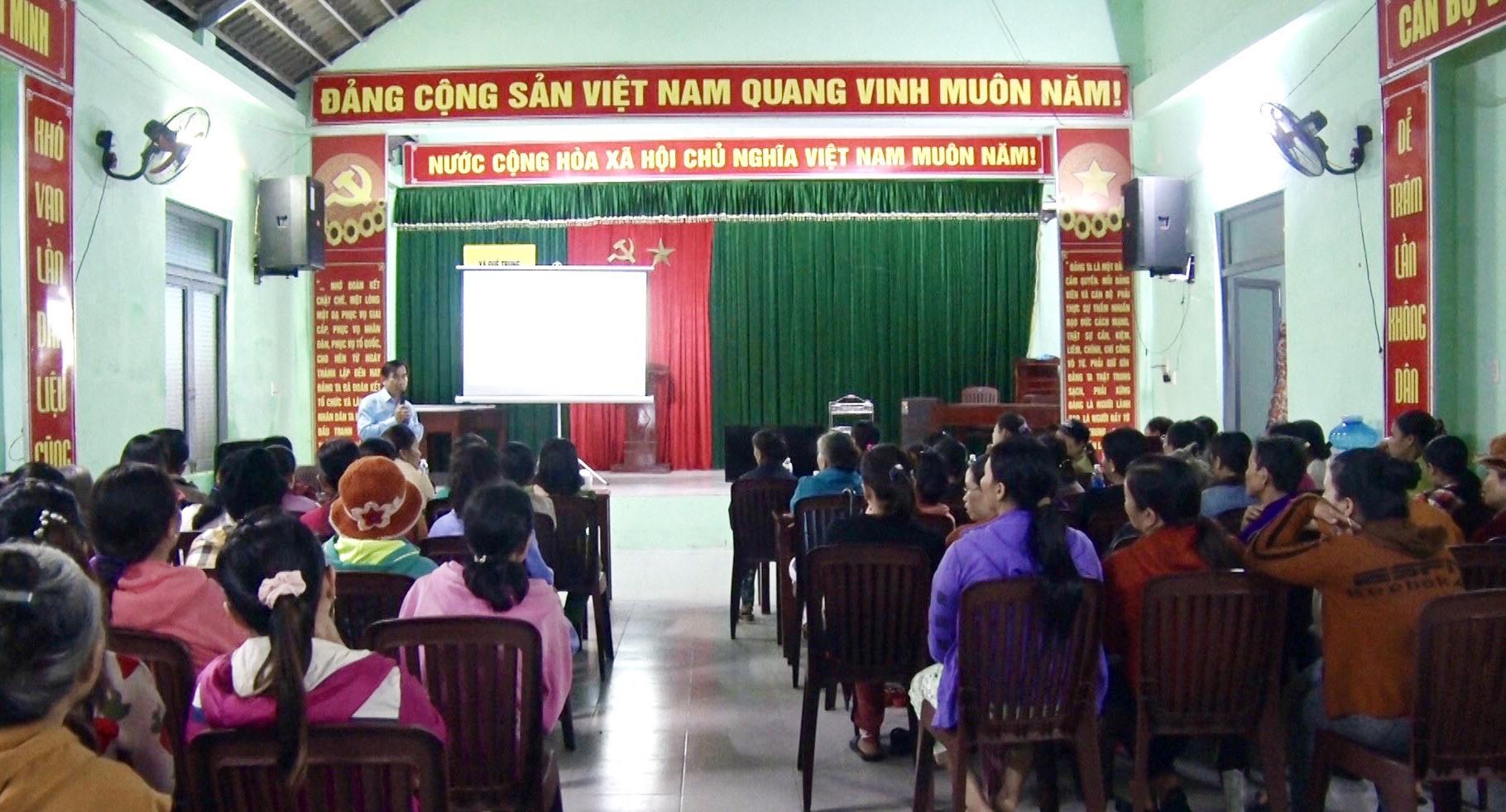 BHXH huyện Nông Sơn tuyên truyền chính sách BHXH tự nguyện tại thôn Trung Phước 2 (xã Quế Trung). Ảnh: LÊ THÔNG