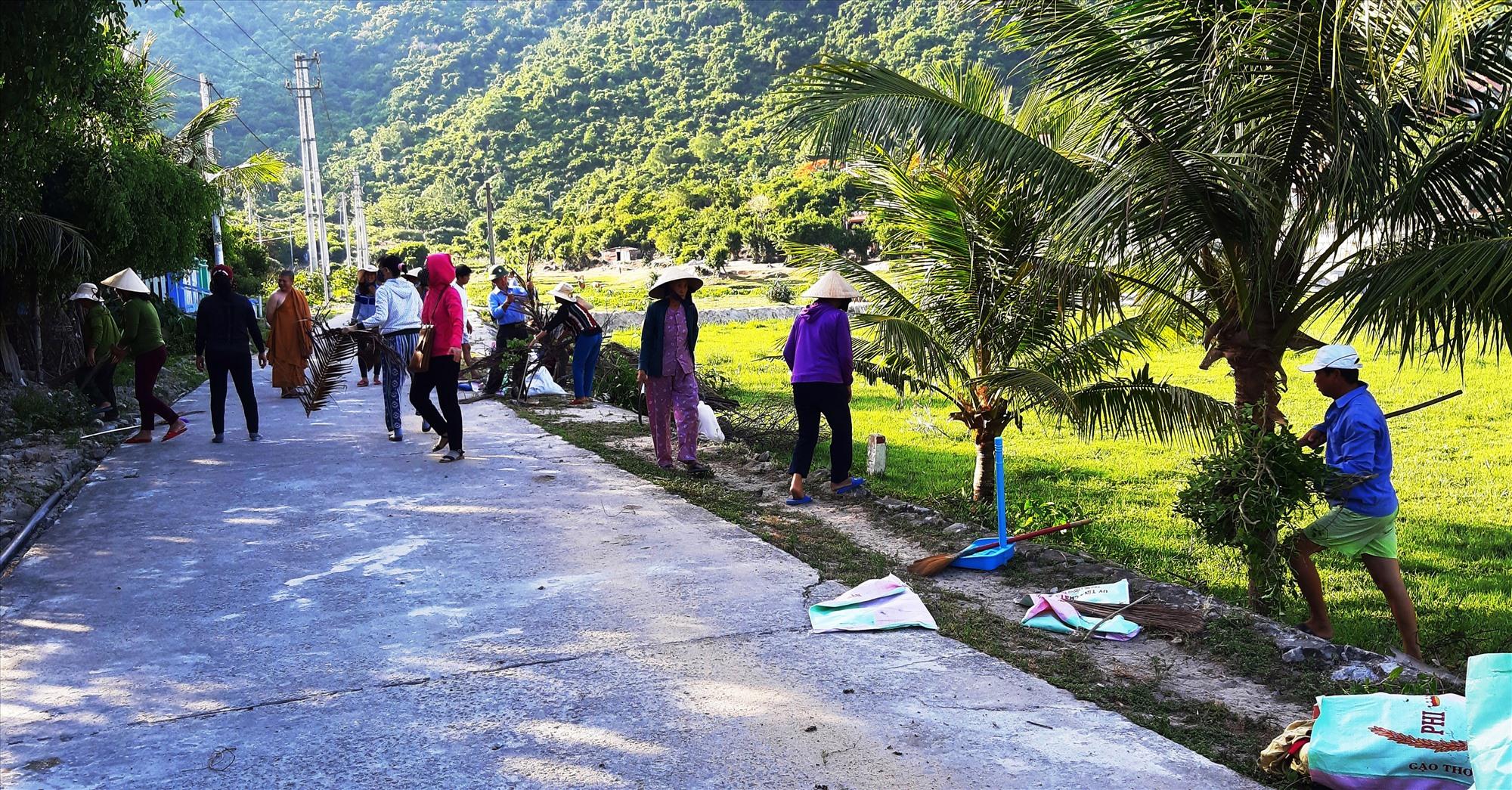 Người dân Cù Lao Chàm thường xuyên dọn vệ sinh đường làng ngõ xóm. Ảnh: Đ.HUẤN