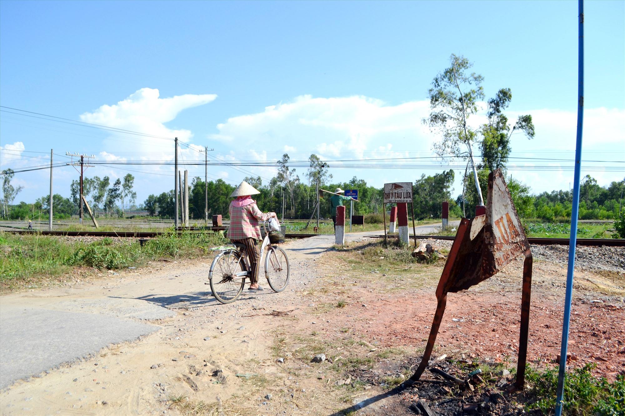 Biển cảnh báo tàu lửa tại lối đi tự mở băng qua đường sắt thuộc địa bàn xã Bình Chánh (Thăng Bình) bị biến dạng. Ảnh: K.K