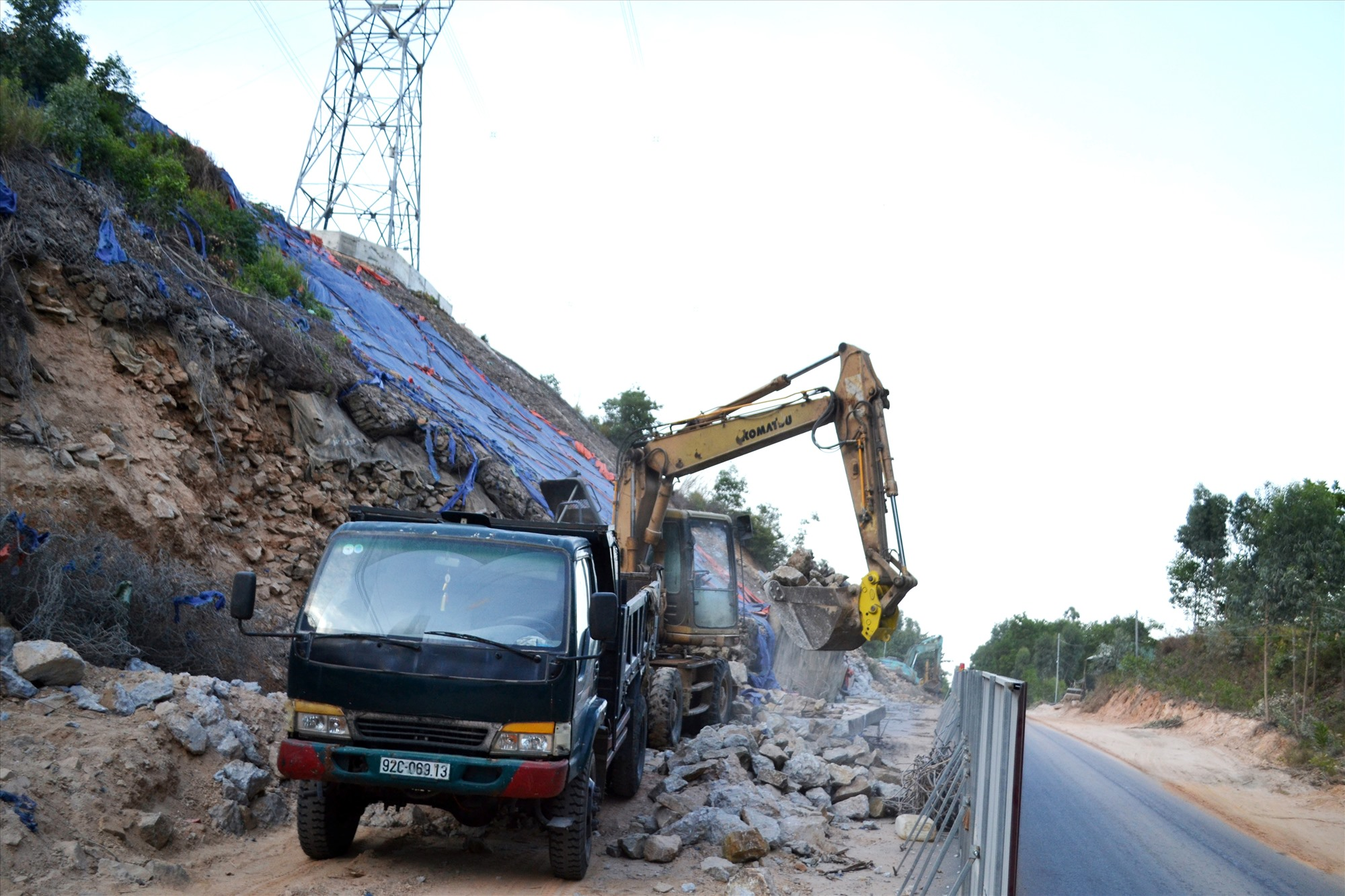 Tiến hành sửa chữa taluy bị sạt lở trên quốc lộ 14B qua xã Đại Quang (Đại Lộc). Ảnh: C.T