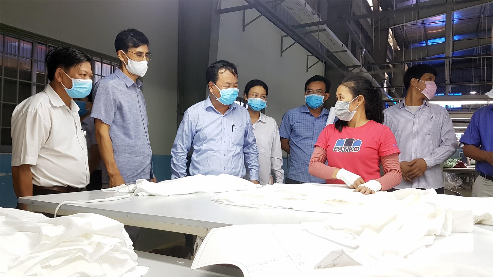 Phó Chủ tịch UBND tỉnh Nguyễn Hồng Quang kiểm tra phòng chống Covid-19 tại KCN Tam Thăng. Ảnh: D.L
