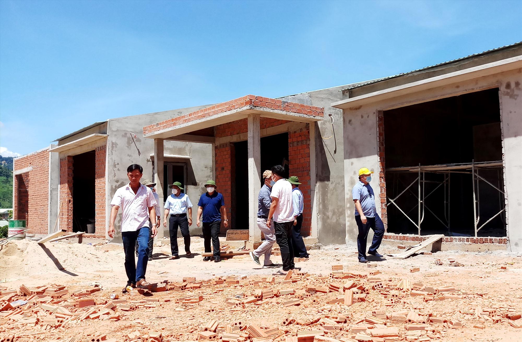 Từ nguồn hỗ trợ của nhà hảo tâm, những căn nhà xây kiên cố đang dần hoàn thành trên mặt bằng mới thôn 2 (xã Phước Thành). Ảnh: ĐĂNG NGUYÊN