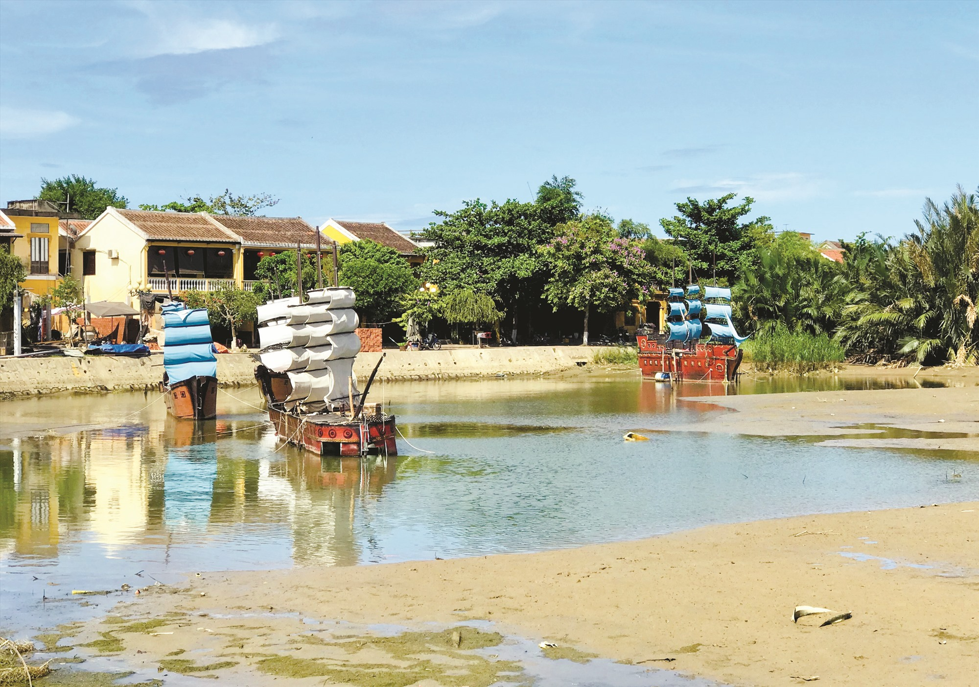 Những chiếc thuyền nằm trơ trọi ở góc sông Hoài vì dịch bệnh, chưa hẹn thời gian trình diễn với du khách. Ảnh: Q.T