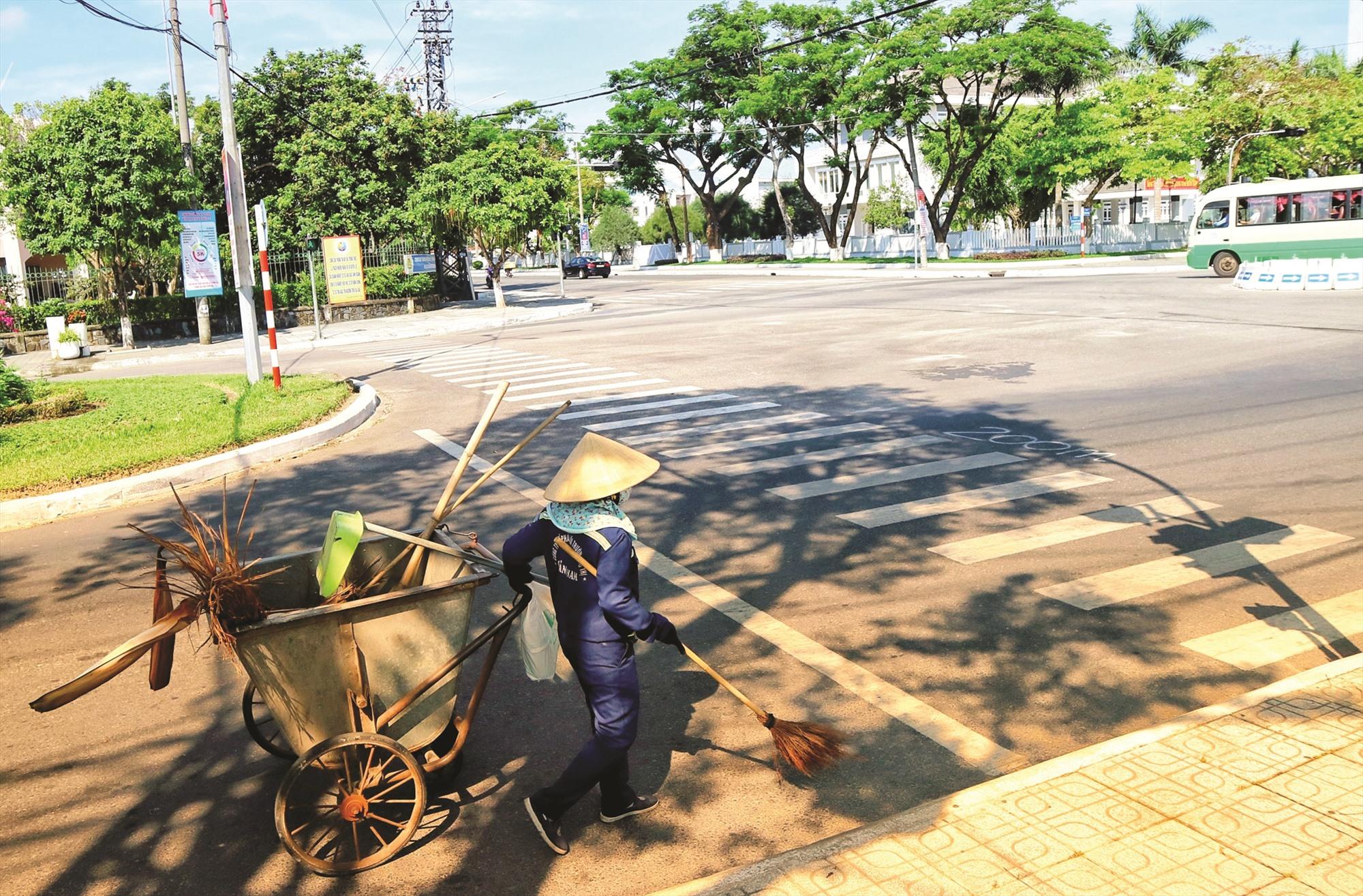 Những ngày qua, thời tiết ngoài trời ở TP.Tam Kỳ có khi lên đến hơn 40 độ, nhưng dọc các tuyến đường, các lao công vẫn lặng lẽ công việc làm sạch cho đường phố.