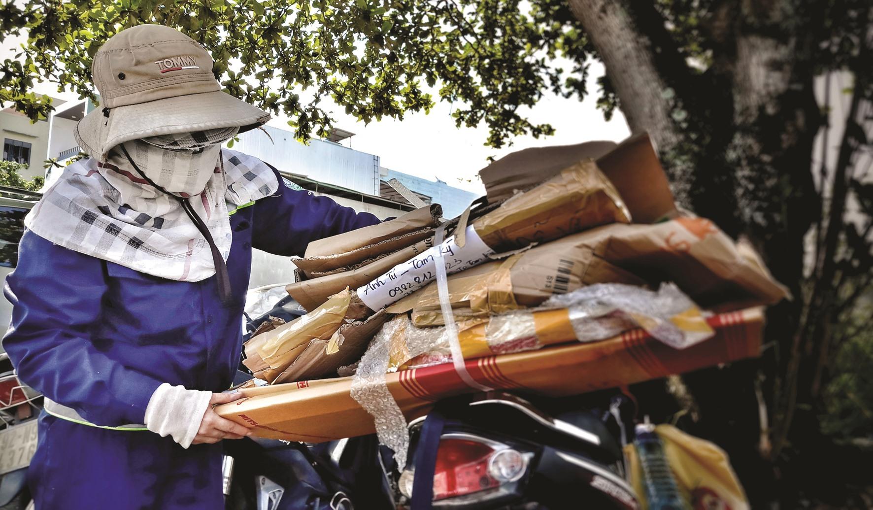 Kết thúc sau mỗi ngày làm việc, niềm vui nho nhỏ của các lao công là những tấm giấy được gom về bán phế liệu.