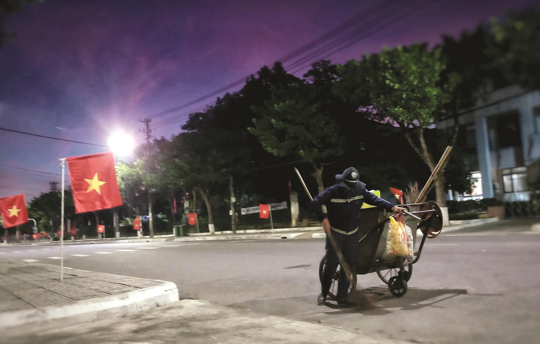 Công việc của những người làm nghề lao công thường bắt đầu từ 4 giờ sáng cho đến tối mịt.