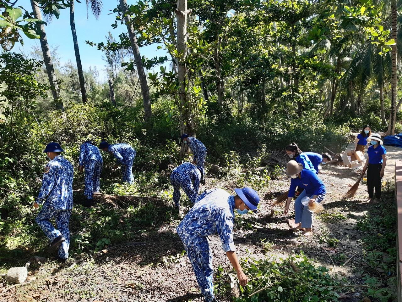 Tuổi trẻ đơn vị tham gia vệ sinh môi trường, góp phần làm sạch bờ biển.