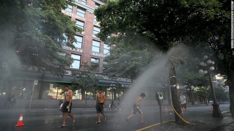 Người dân Vancouver, Canada đến tắm mát tại các trạm phun sương. Ảnh: Gettyimages