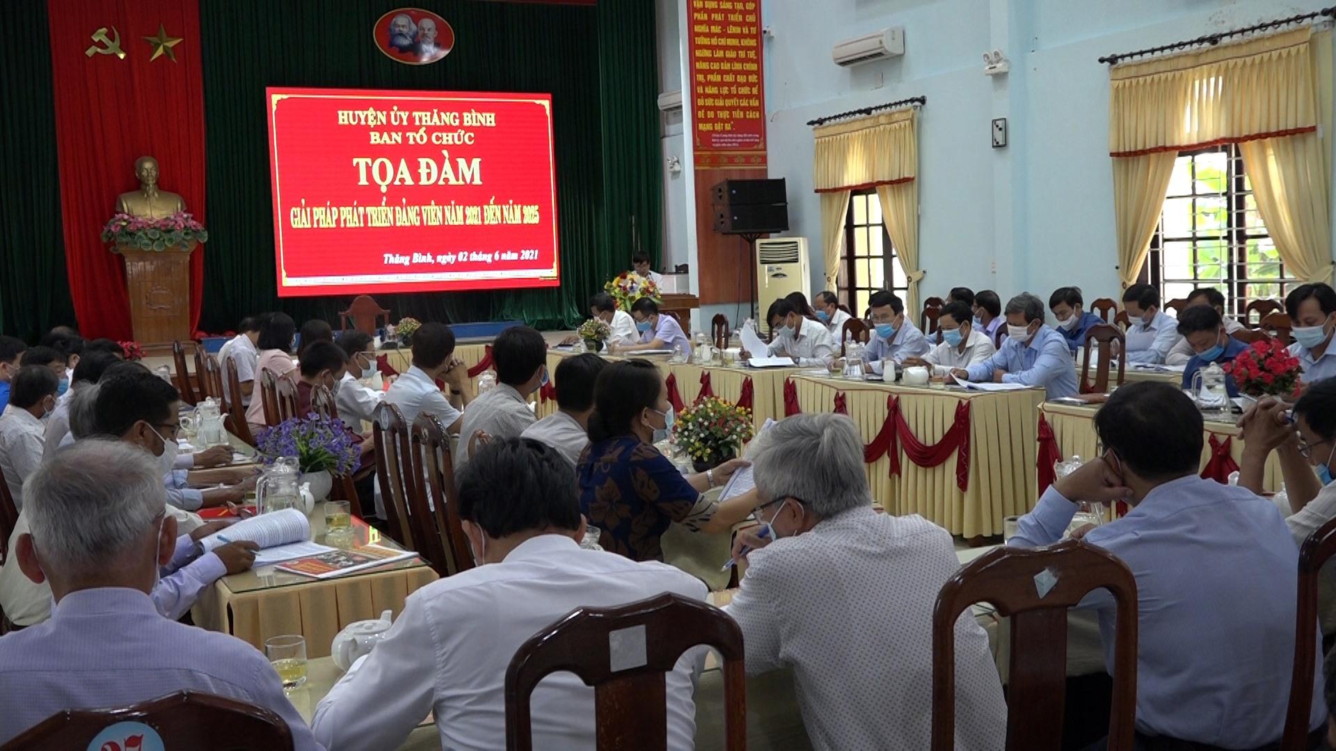 Quang cảnh buổi tọa đàm bàn giải pháp phát triển đảng viên vừa được huyện Thăng Bình tổ chức. Ảnh: MINH TÂN