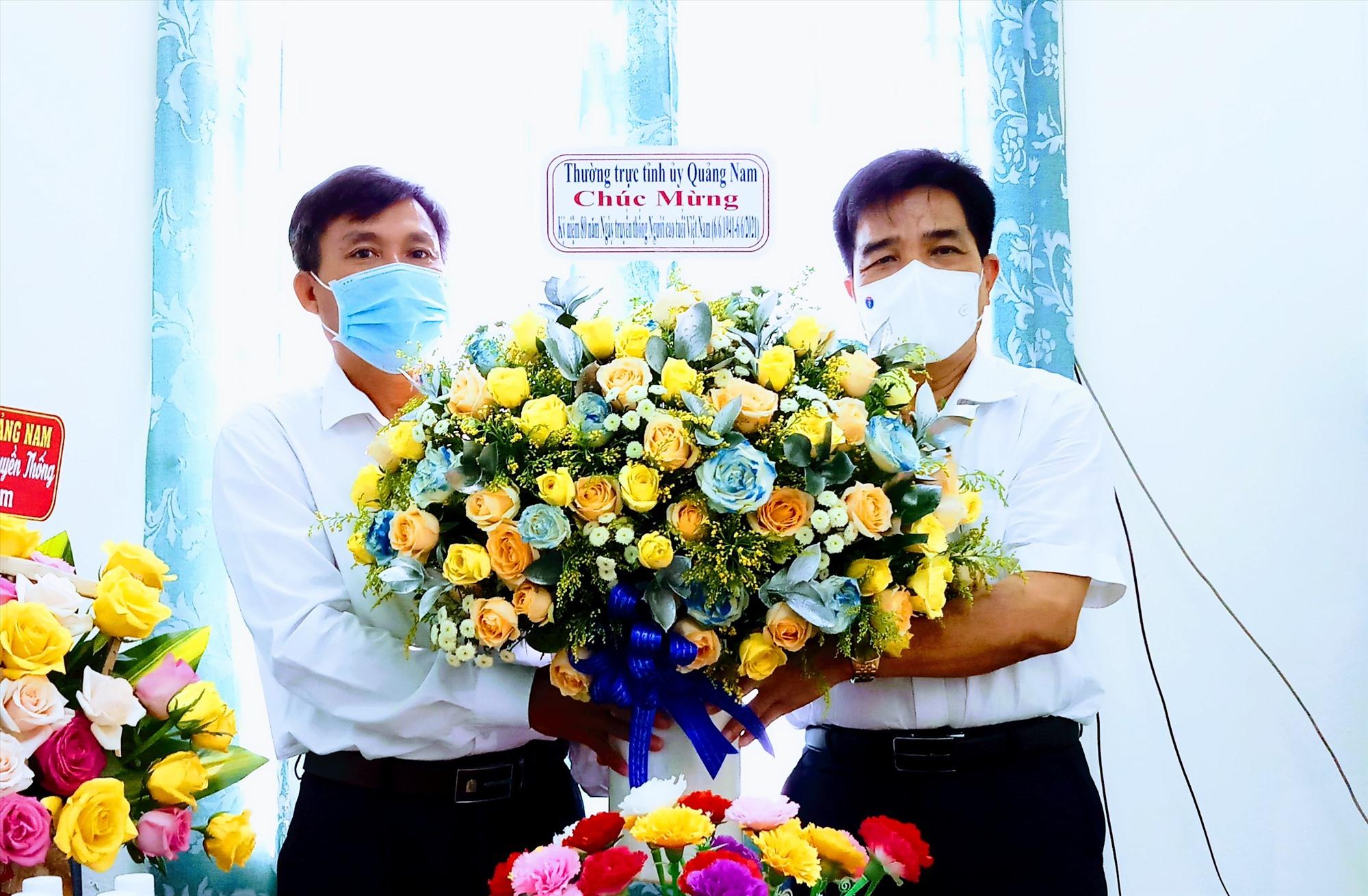 Phó Bí thư Thường trực Tỉnh ủy Lê Văn Dũng (bên phải) tặng hoa chúc mừng Ban đại diện Hội Người cao tuổi tỉnh nhân kỷ niệm 60 năm Ngày truyền thống Người cao tuổi Việt Nam. Ảnh: A.N