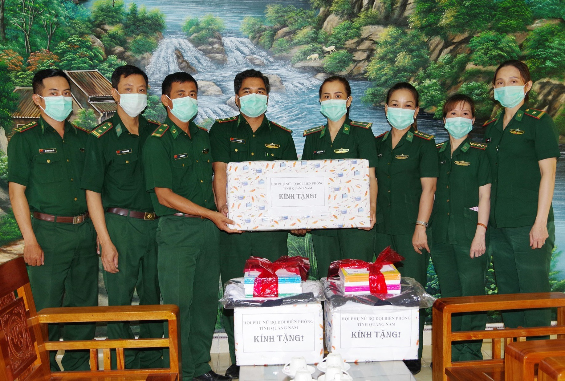Tặng quà Đồn Biên phòng cửa khẩu Nam Giang Ảnh: HỒNG ANH