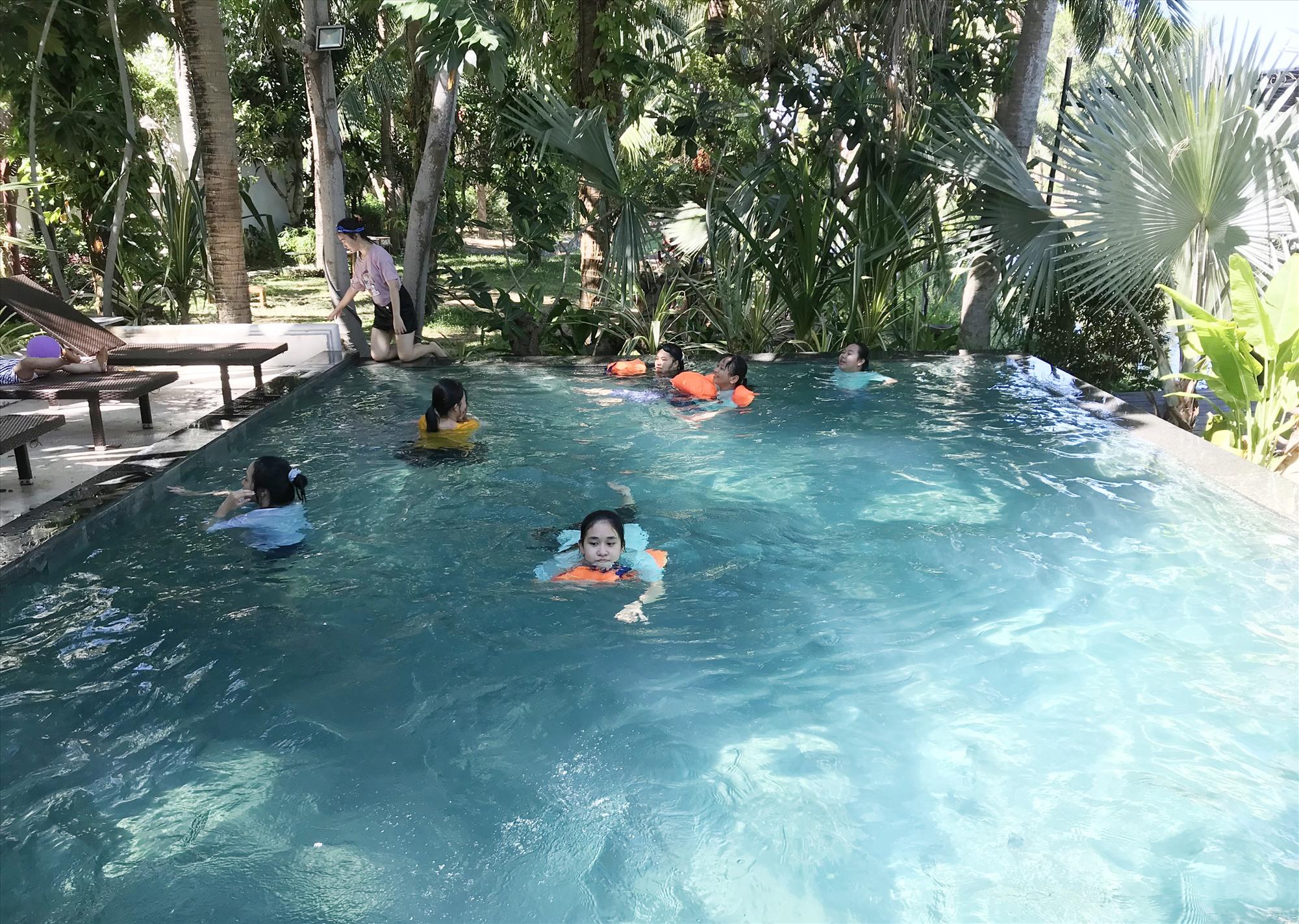 Tung các dịch vụ gắn với sử dụng hồ bơi là giải pháp được nhiều cơ sở lưu trú triển khai để thu hút khách trong mùa hè. Ảnh: P.Q