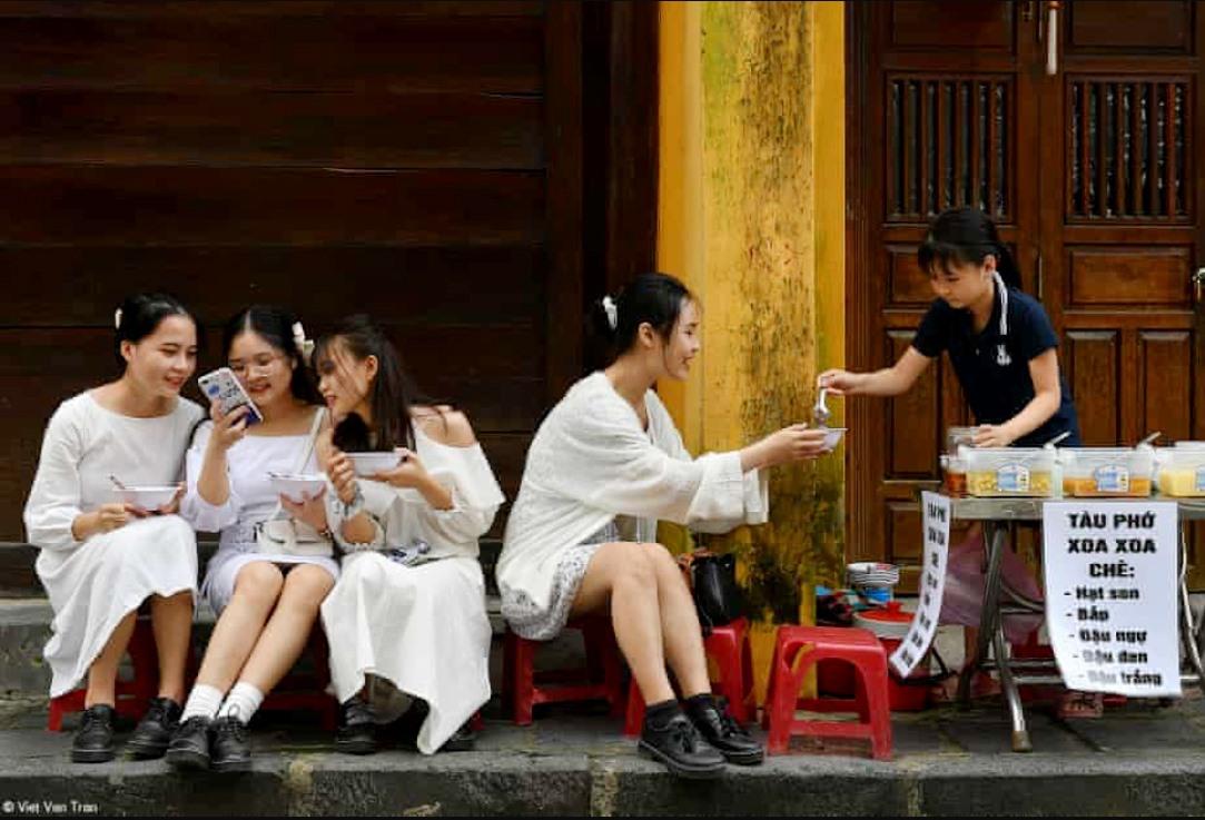 """Tác phẩm """"Thưởng thức"""" (Enjoying) của nghệ sĩ nhiếp ảnh Trần Việt Văn được giới thiệu trên báo The Guardian."""