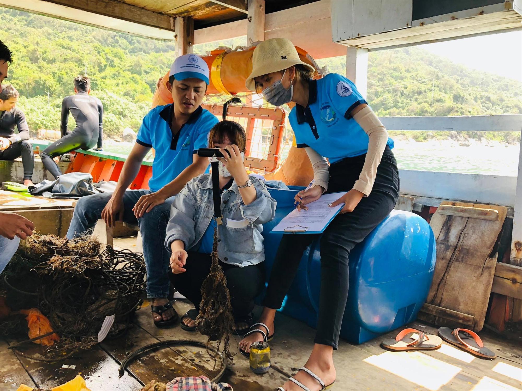 Hoạt động giám sát rác thải nhựa trong Khu bảo tồn biển Cù Lao Chàm. Ảnh: Q.T