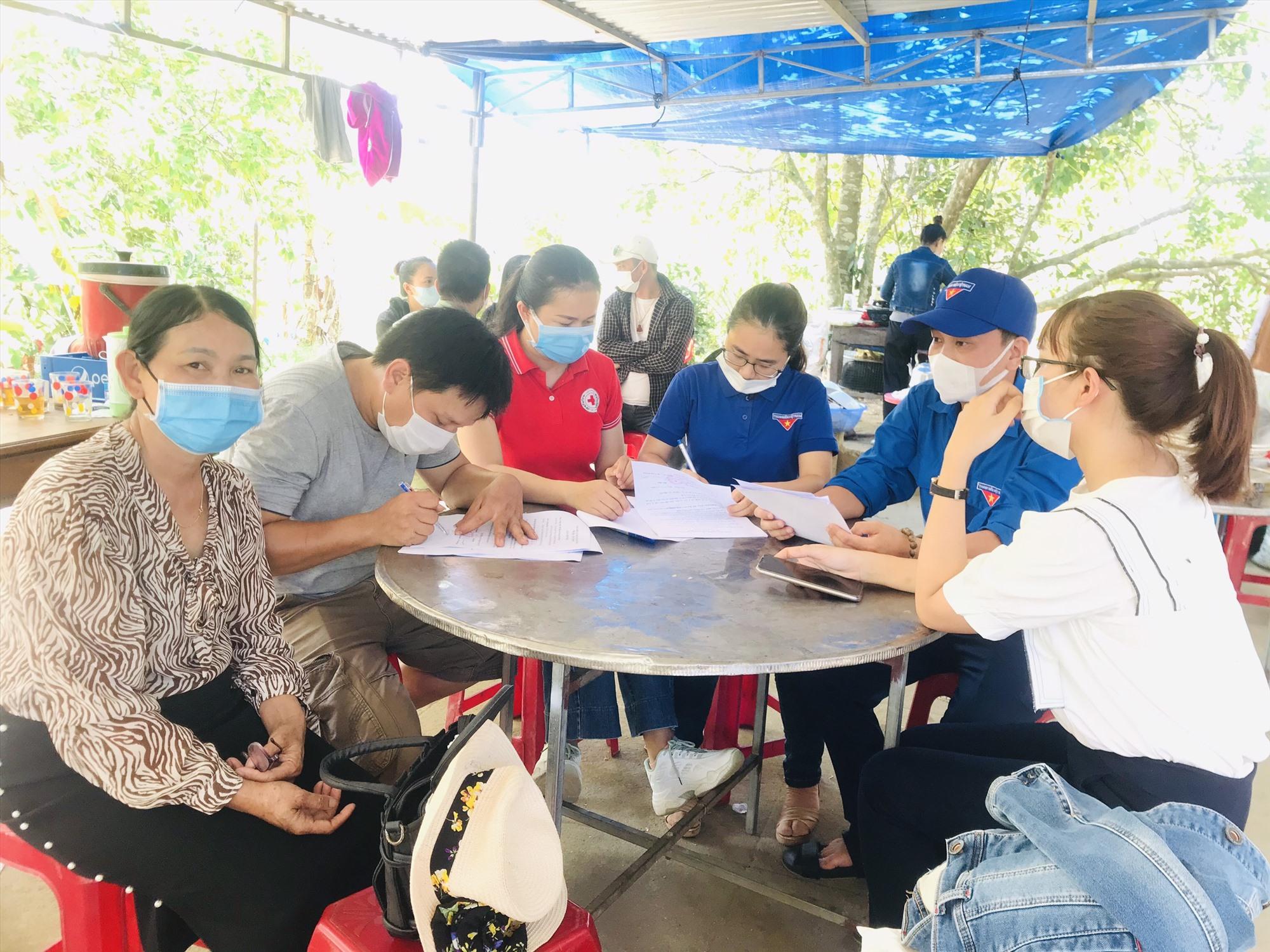 Ban Thường vụ Đoàn phường Tân Thạnh làm thủ tục bàn giao tiền hỗ trợ 3 trẻ mô cồi cho gia đình và chính quyền địa phương. Ảnh: ĐPCC
