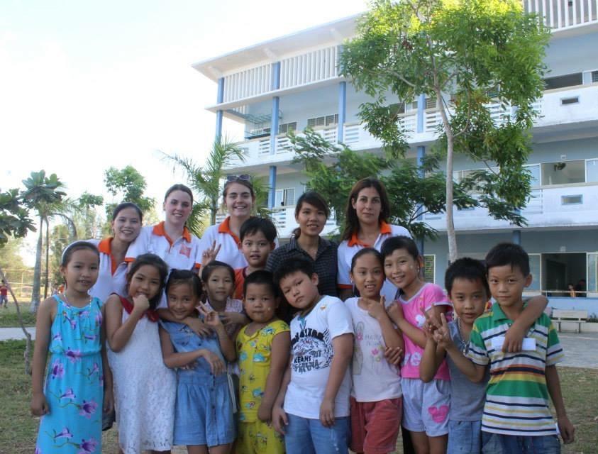 Học sinh tiểu học và các cô giáo Trường PTNCH Hoàng Sa.Ảnh QL