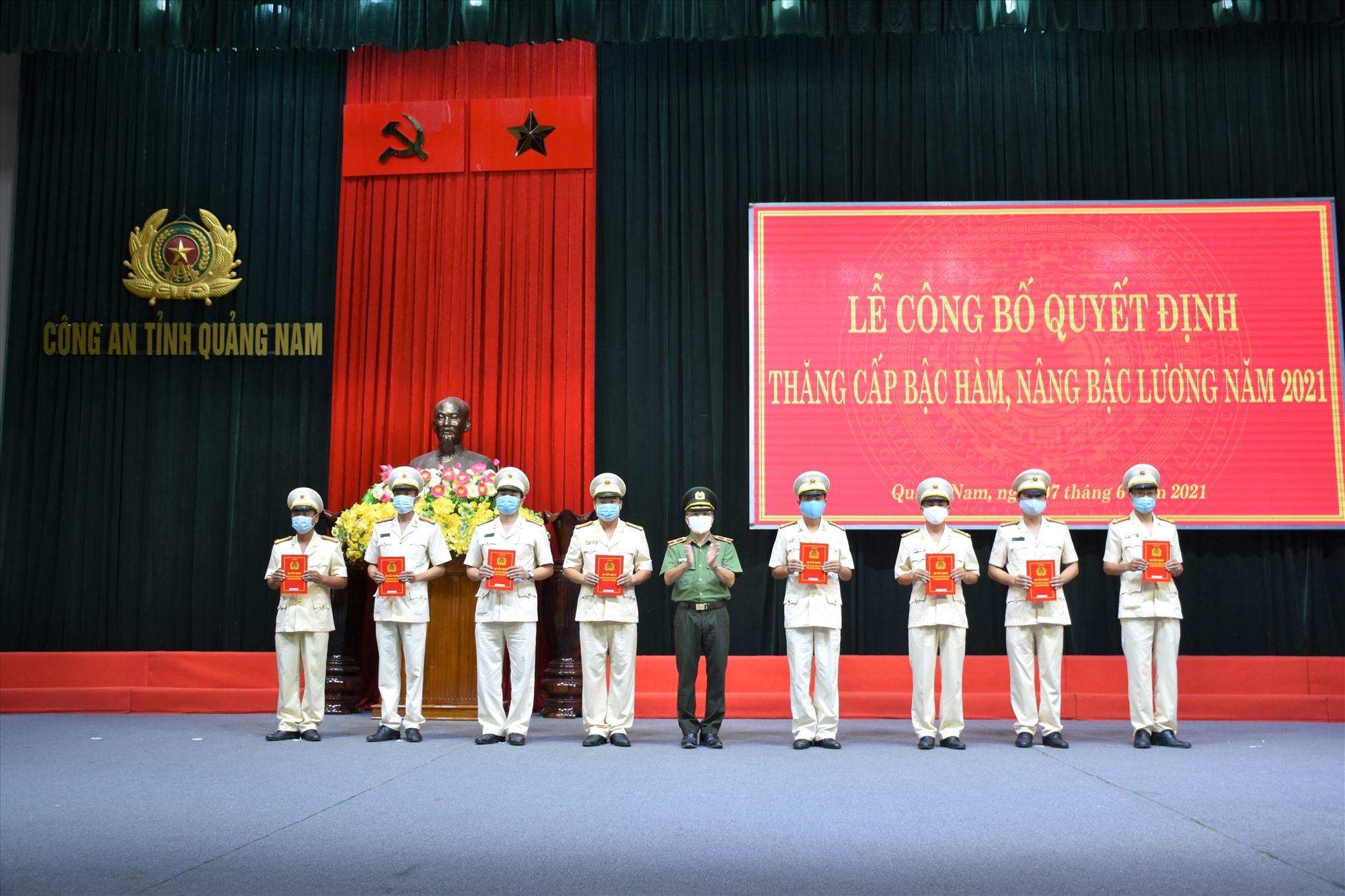 Thiếu tướng Nguyễn Đức Dũng - Giám đốc Công an tỉnh trao Quyết định thăng cấp bậc hàm, nâng bậc lương Thượng tá cho các đồng chí đến niên hạn năm 2021.