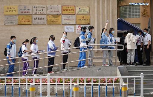 Thí sinh dự kỳ thi tuyến sinh đại học tại Trung Quốc được kiểm tra nghiêm ngặt, bao gồm các biện pháp ngừa Covid-19 trước khi bước vào phòng thi. Ảnh: xinhua