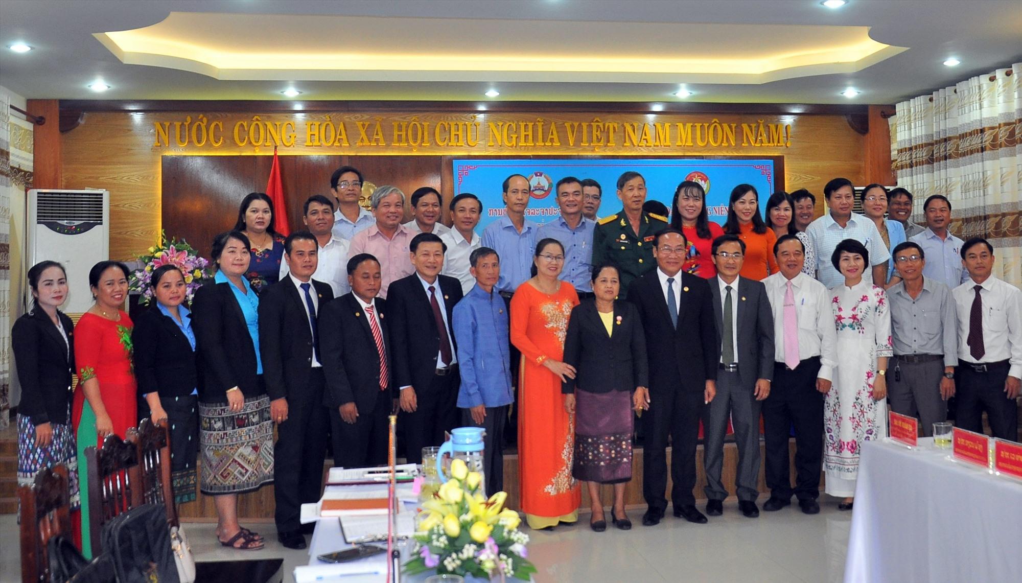Ủy ban MTTQ Việt Nam tỉnh Quảng Nam và Ủy ban Mặt trận Lào xây dựng đất nước tỉnh Sê Kông chụp hình lưu niệm tại buổi hội đàm năm 2019. Ảnh: VINH ANH