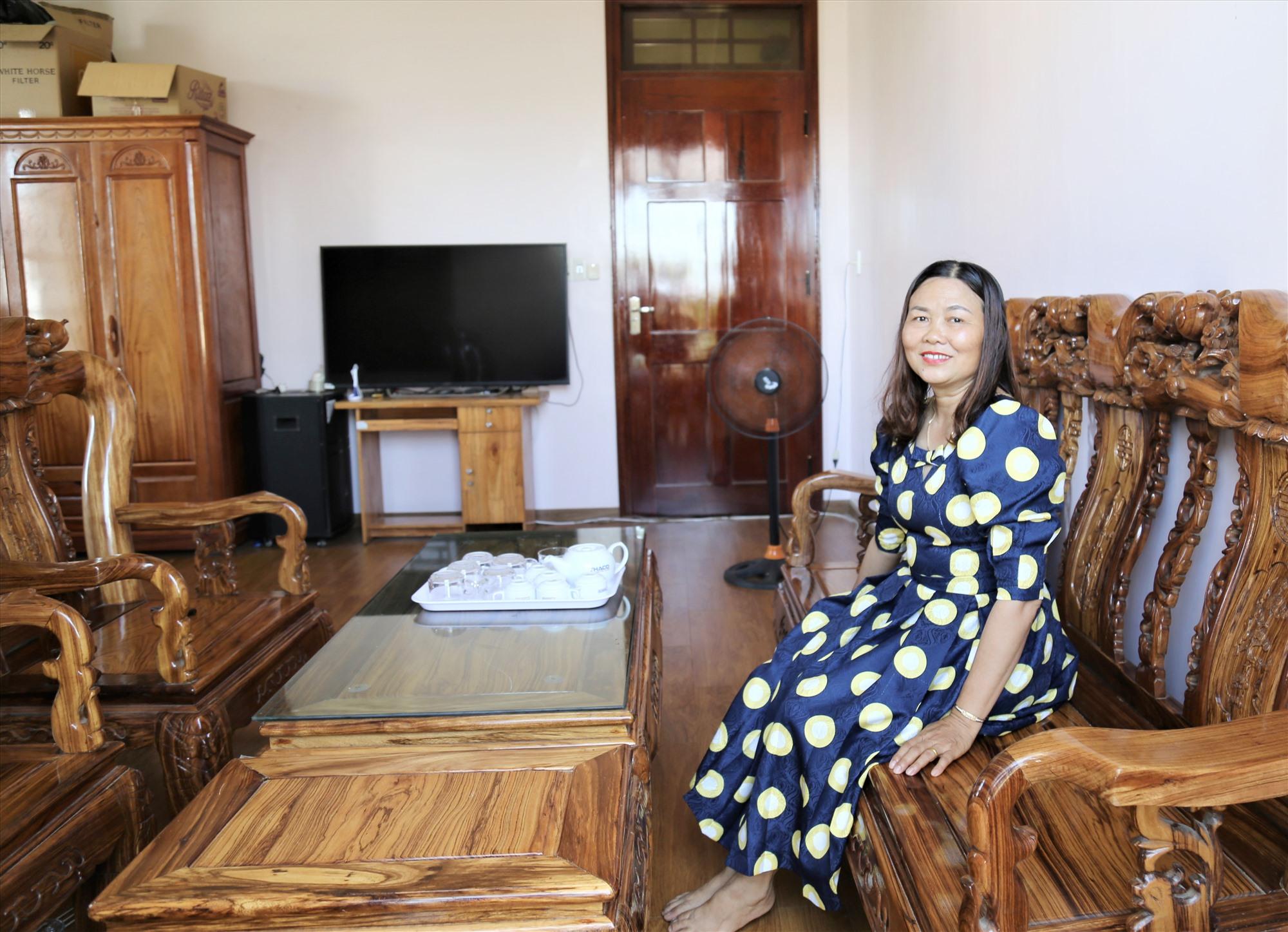 Chị Nguyễn Thị Quý - nhân viên Trường Cao đẳng THACO trong ngôi nhà khang trang của mình. Ảnh: THANH THÚY