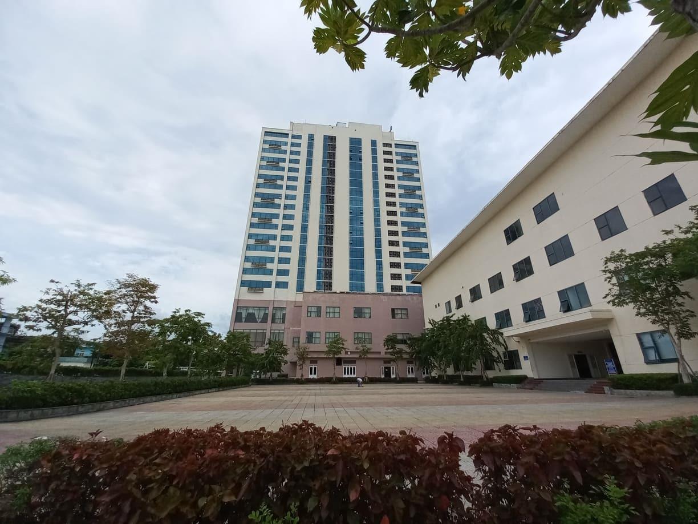 Nạn nhân được xác định rơi từ tầng 17 xuống sảnh tầng 4 của khách sạn Mường Thanh.