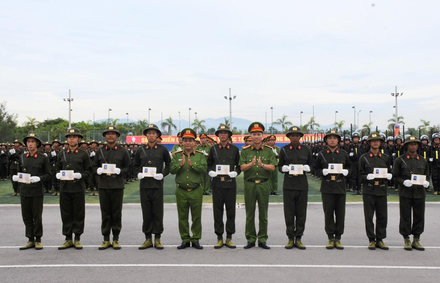 Trao chứng chỉ hoàn thành chương trình huấn luyện cho các chiến sĩ nghĩa vụ tham gia công an năm 2021.