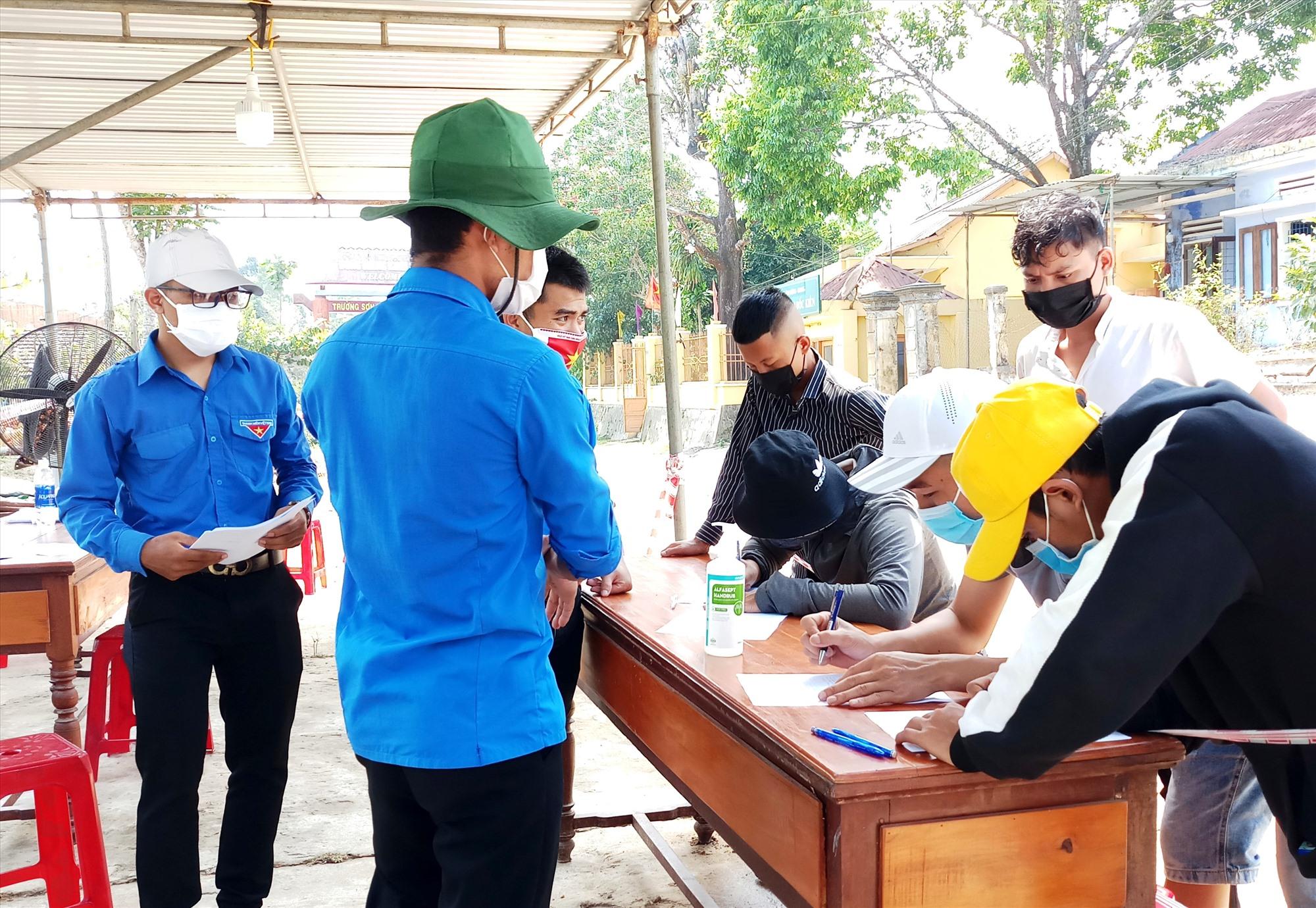 Các tình nguyện viên tham gia làm nhiệm vụ tại chốt kiểm soát Dốc Kiền (xã Ba, Đông Giang). Ảnh: ALĂNG NGƯỚC
