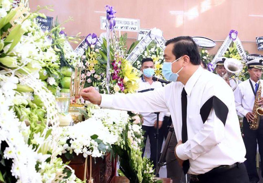 Bí thư Tỉnh ủy, Chủ tịch HĐND tỉnh Phan Việt Cường viếng hương đồng chí Trần Thận. Ảnh: Đ.N