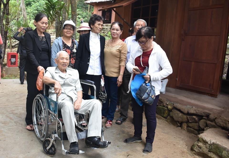 Đồng chí Trần Thận trong lần về thăm Hòn Tàu. Ảnh: NĂNG ĐÔNG