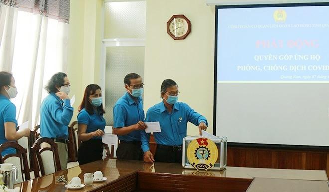 Cán bộ LĐLĐ tỉnh ủng hộ phòng, chống dịch bệnh Covid-19. Ảnh: D.L