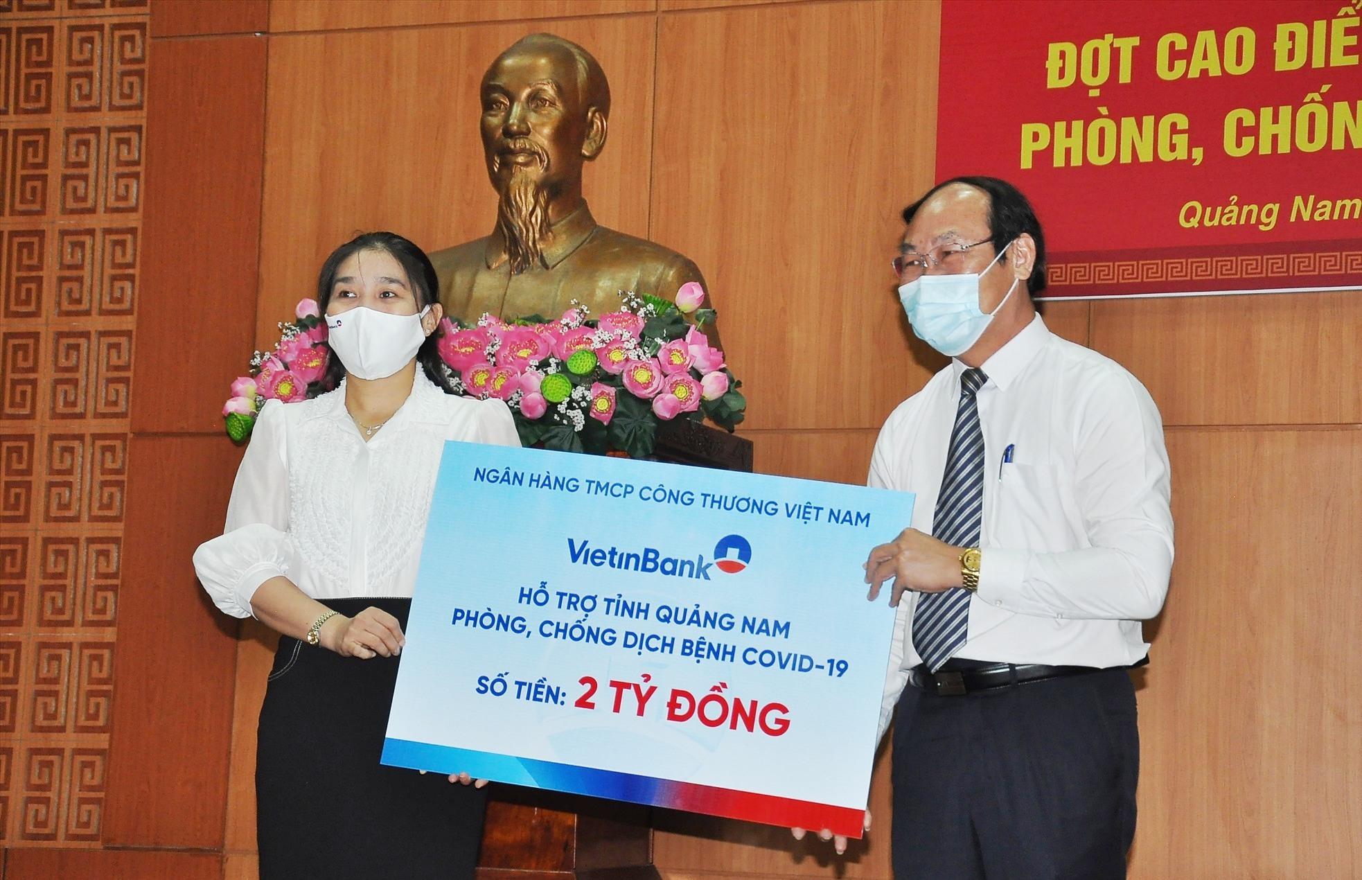 Các doanh nghiệp trao biểu trưng ủng hộ nguồn lực phòng chống dịch bệnh Covid-19. Ảnh: VINH ANH