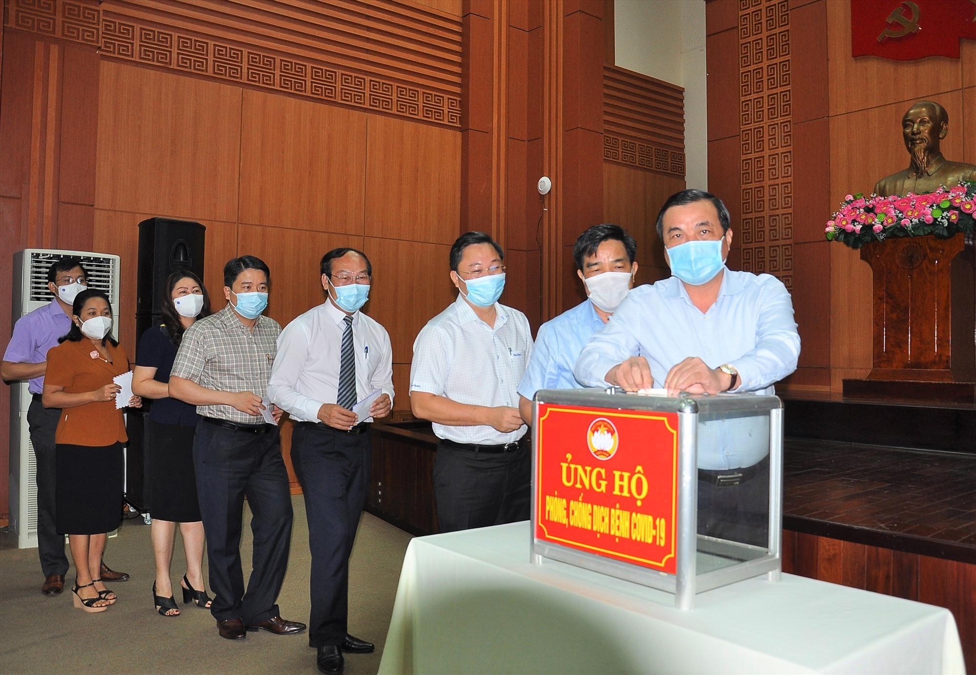 Các đồng chí lãnh đạo tỉnh quyên góp ủng họp phòng chống dịch bệnh Covid-19. Ảnh: VINH ANH