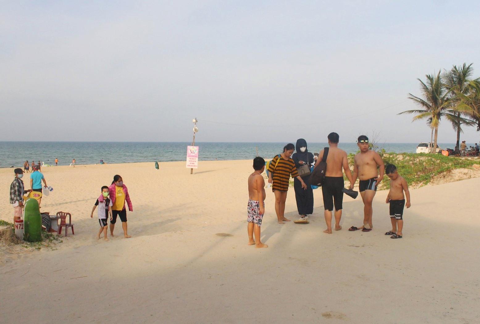 Yêu cầu quản lý nghiêm ngặt tại các bãi biển công cộng để phòng chống dịch. Ảnh: X.H